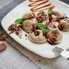 Przepis na pierogi z wiśniami z kruszoną czekoladą i sosem czekoladowo-karmelowym
