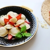 Pierogi z  truskawkami z sosem z białej czekolady i płatkami migdałów