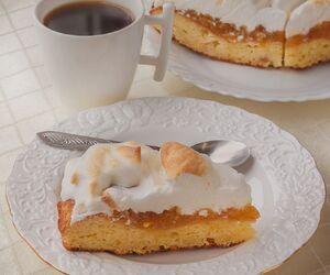 Weekendowe ekspresowe ciasto pod bezową pierzynką