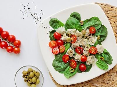 Sycąca sałatka z uszkami z pieczarkami, pomidorkami koktajlowymi, świeżym szpinakiem i talarkami z oliwek