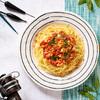 Spaghetti z dorszem, liściem laurowym, czosnkiem i pomidorami
