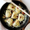 Przepis na aromatyczne pierogi z kapustą i grzybami zasmażane z orzechami pekan  serem pleśniowym i cebulką
