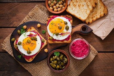 Nieśpieszne śniadanie - Tosty XXL z buraczanym hummusem, jajkiem i kaparami